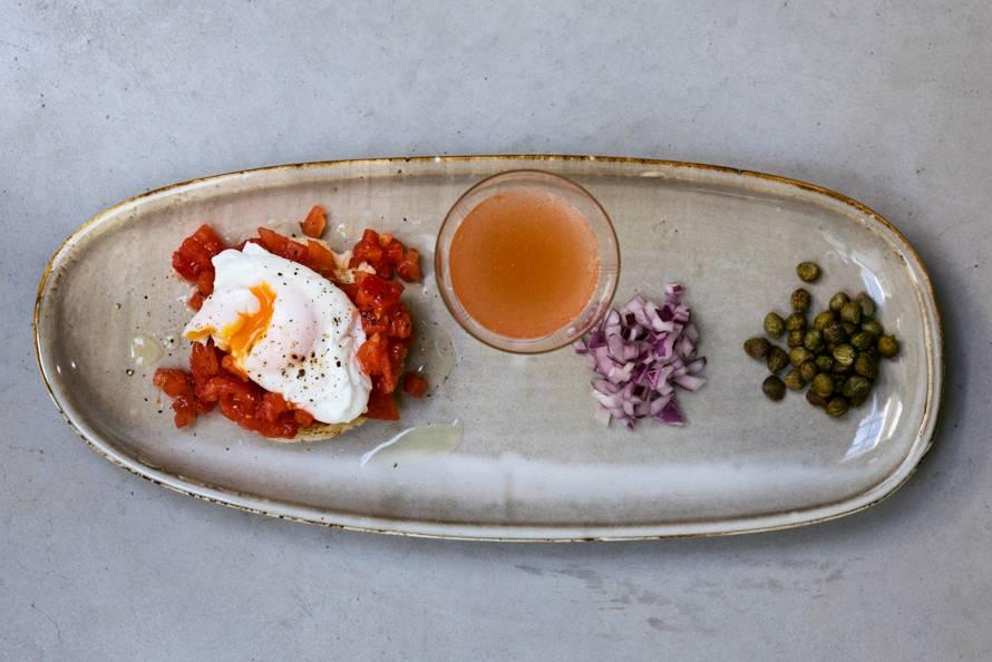Tomatentartaar op toast met 'n gepocheerd eitje