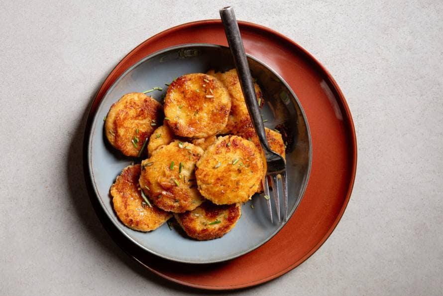 Zoete-aardappelkoekjes met verse rozemarijn