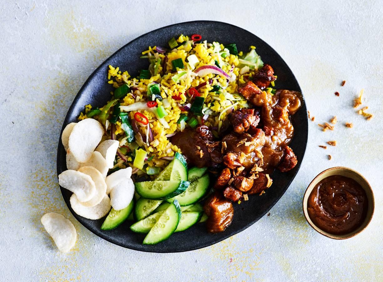 Rijstroerbak met groente, gemarineerd varkensvlees en satésaus