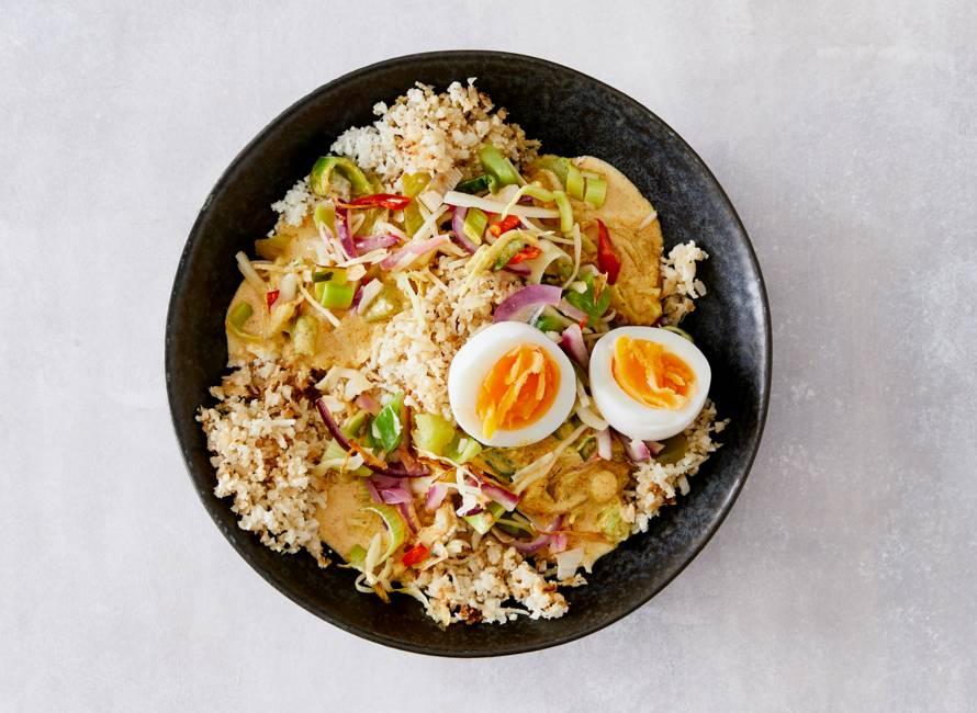 Bloemkoolrijst met groente, gele curry en ei