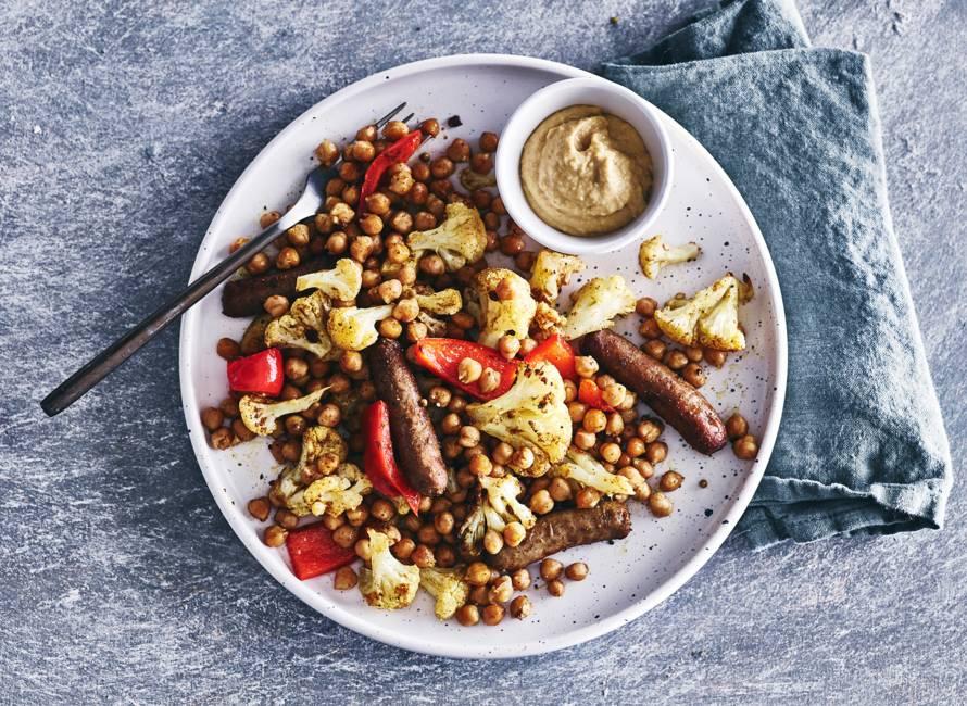 Marokkaanse ovenschotel met chipolata & hummus