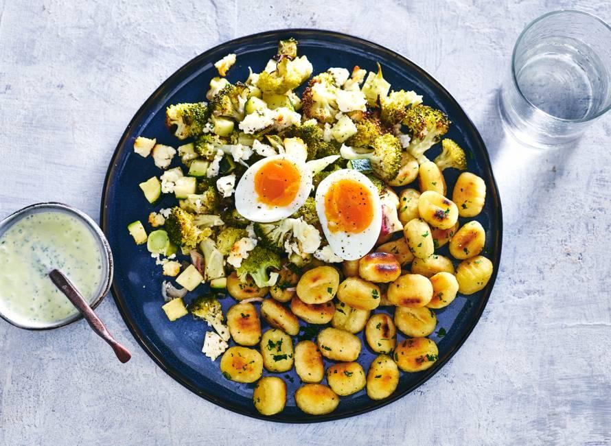 Ovengroente met feta, gnocchi, frisse yoghurt & een gekookt eitje