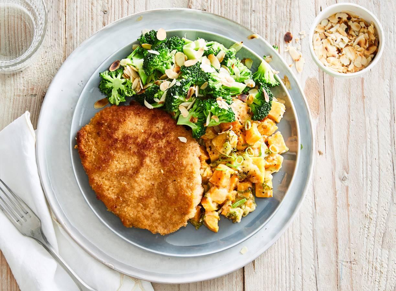 Krokante schnitzel met zoete-aardappelgratin en broccoli