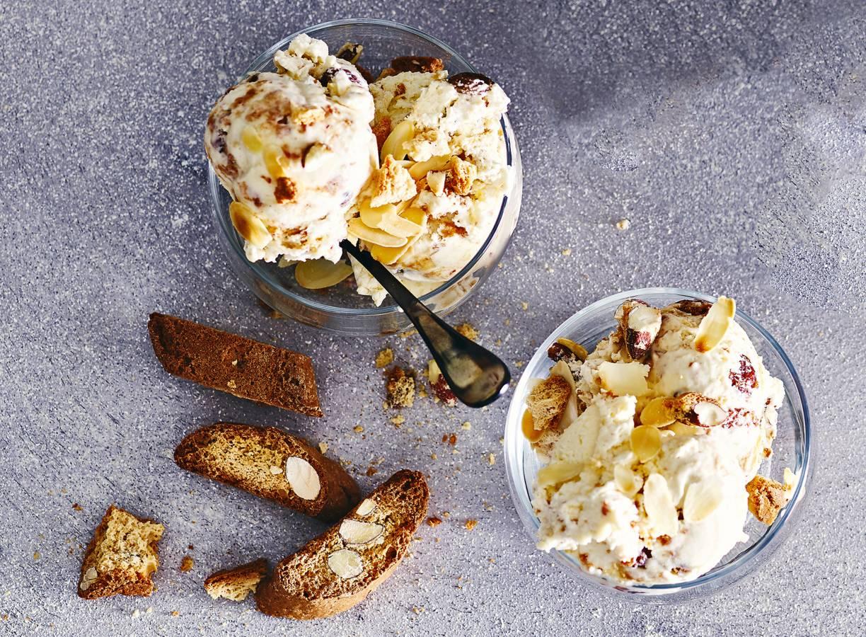 Cantuccini-ijs met rozijnen en geroosterd amandelschaafsel