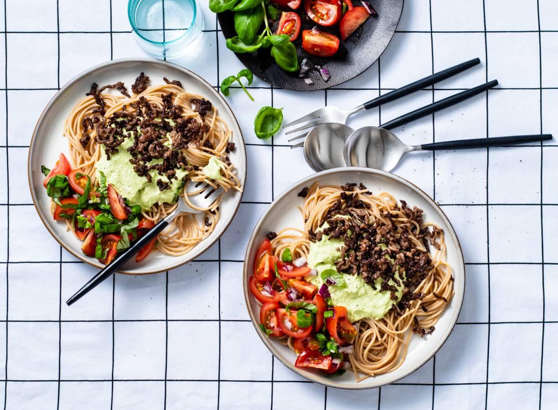Volkoren pasta met avocadosaus en gehakt