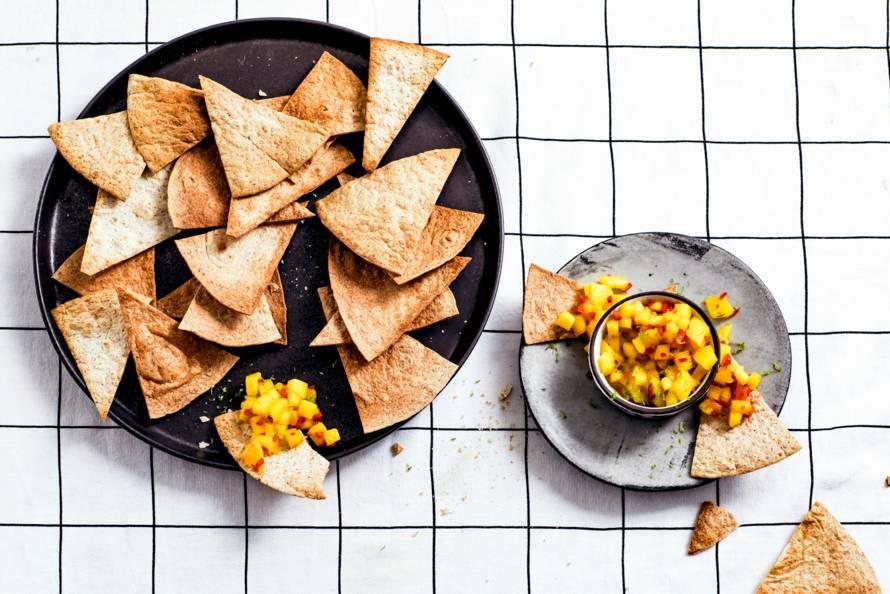 Volkorentortillachips met salsa van mango en limoen
