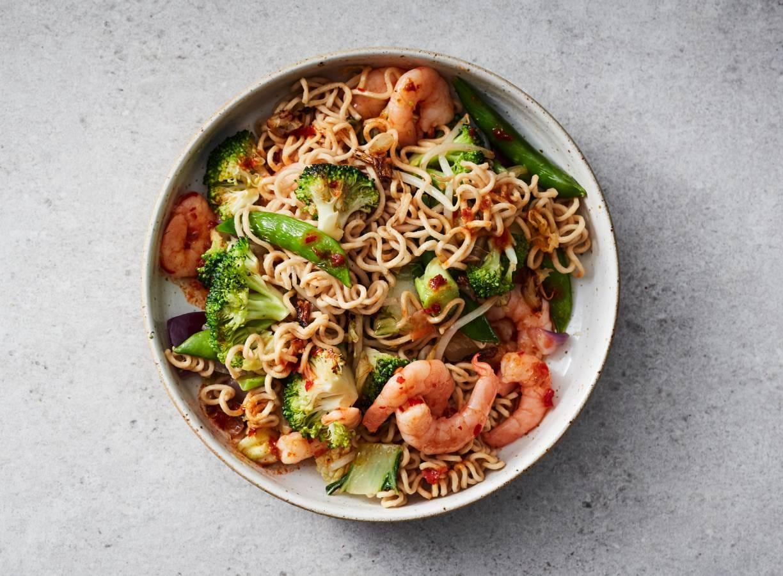 Spicy wokgerecht met volkorennoedels en garnalen