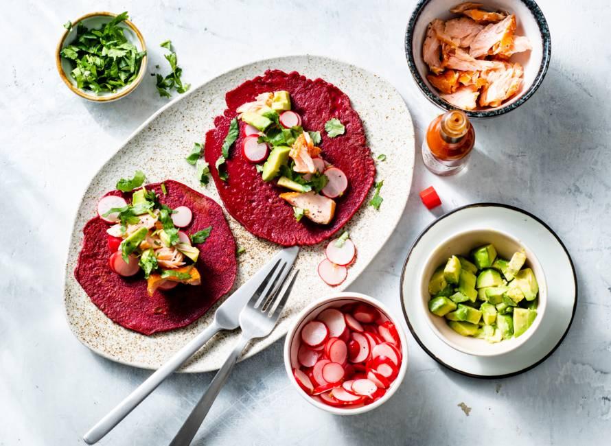 Bietentaco's met zalm, avocado en radijs