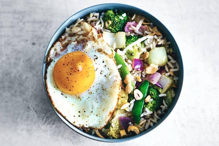 Chinese rijstschotel met broccoli & gebakken ei