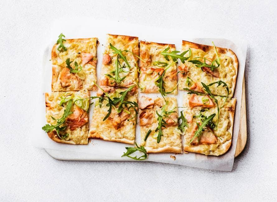 Flammkuchen met zalm en ui