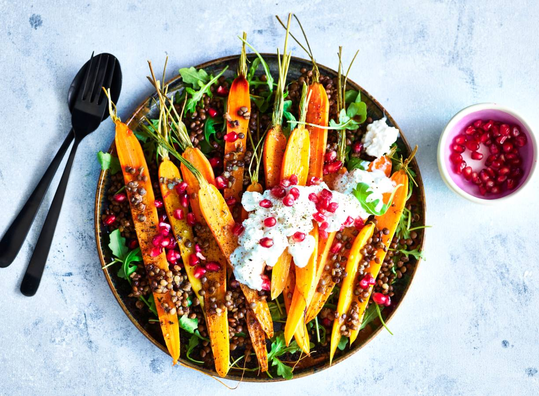 Geroosterde wortelsalade met linzen en geitenkaasdressing