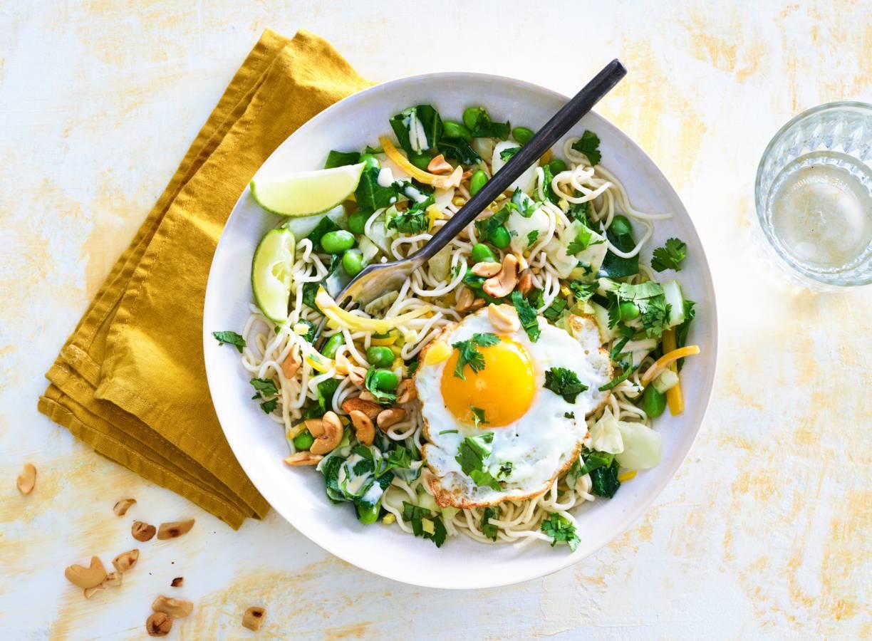 Noedels met Japanse wokgroente, hummus, ei & cashewnoten