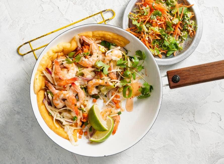 Aziatische garnalenomelet met wortel-sesamsalade