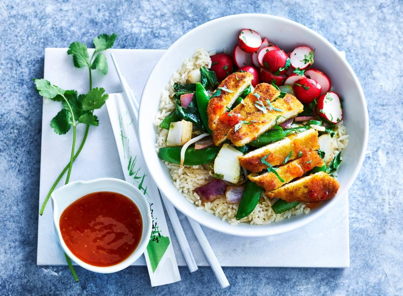 Aziatische roerbak met vegaschnitzel & radijs