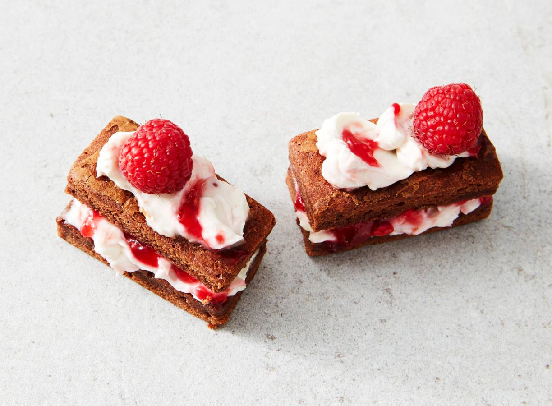 Brownie petitfours met frambozentopping