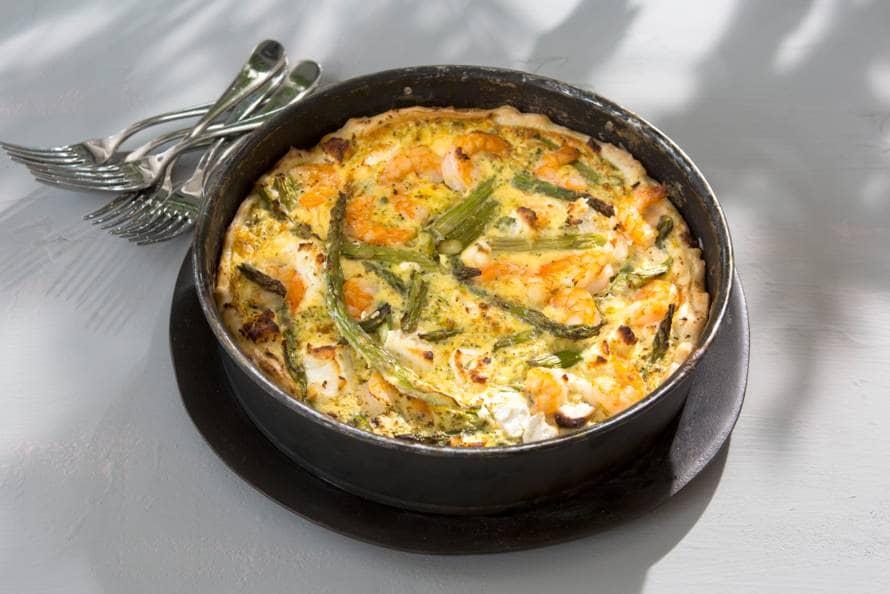 Lentequiche met asperges, broccoli en garnalen
