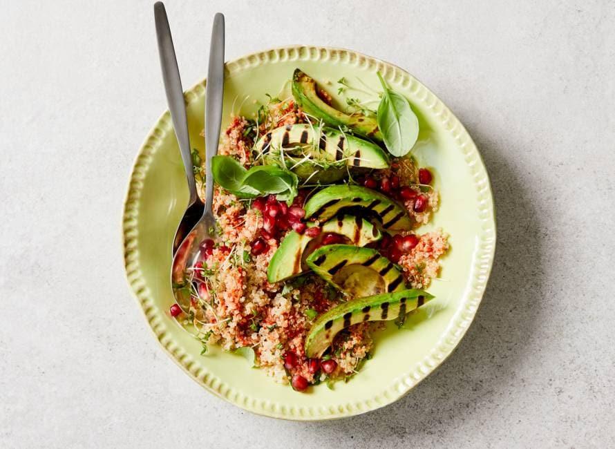 Quinoa met gegrilde avocado en granaatappel