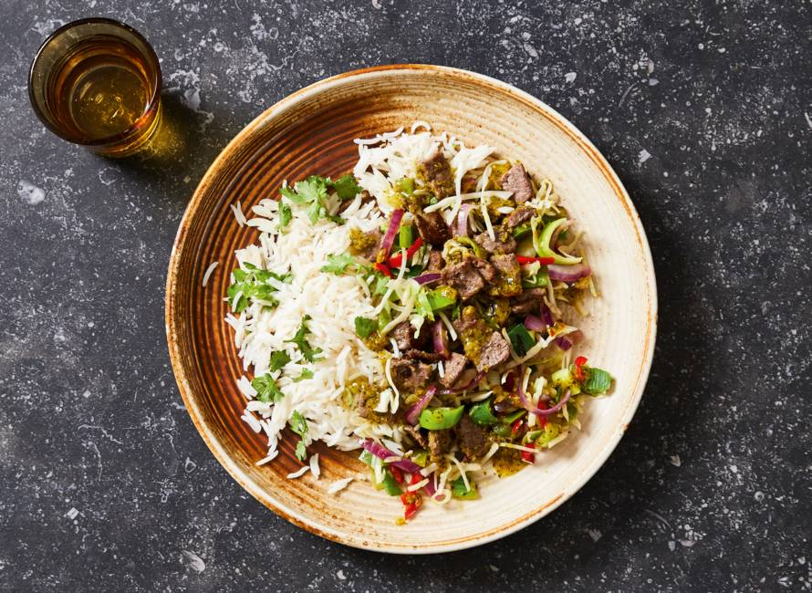 Gewokte biefstukpuntjes met groente en rijst