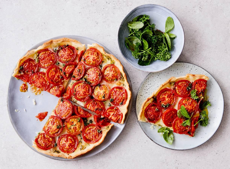 Tomatentaart met kruidensalade