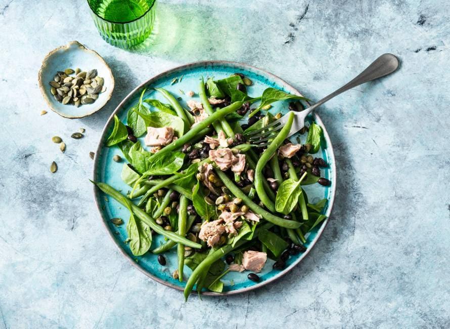 Maaltijdsalade met groene groenten en tonijn