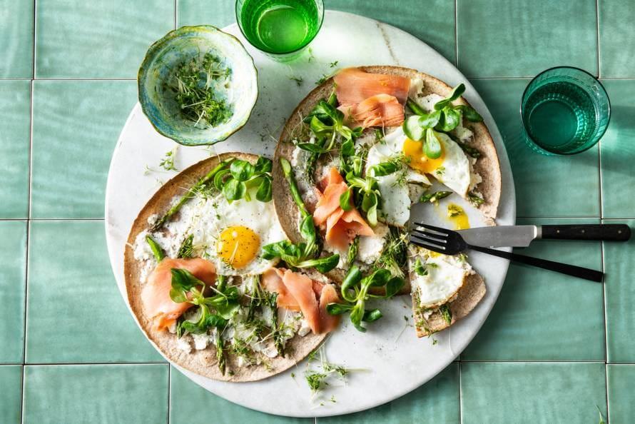 Ontbijtpizza met lentegroenten en gebakken ei