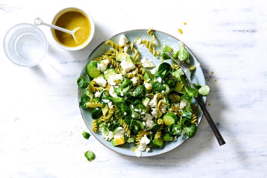 Vegetarische pastasalade met avocado, veldsla, komkommer & feta