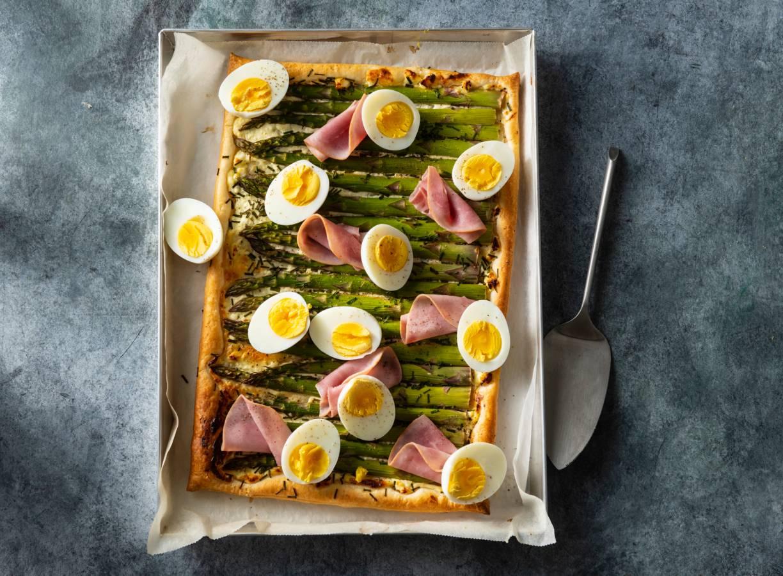 Plaattaart met groene asperges, gerookte achterham & gekookte eieren