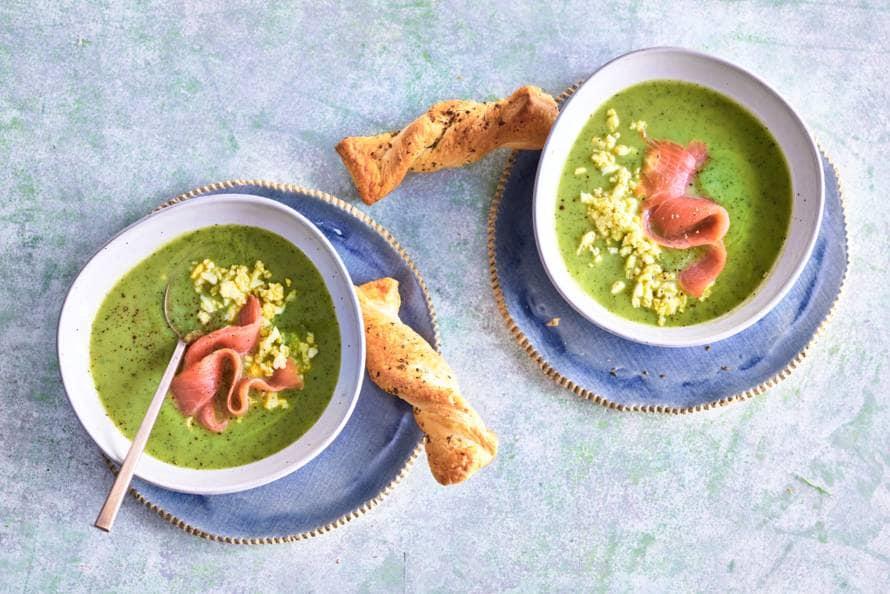 Courgettesoep met gerookte zalm, eikruim & soepstengels