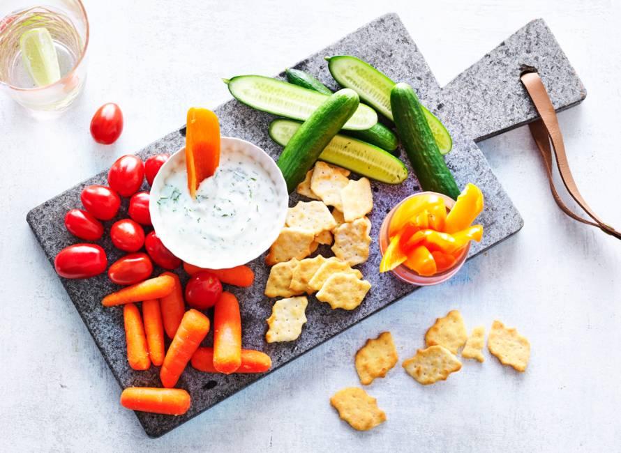 Borrelplank met snackgroenten & frisse dilledip