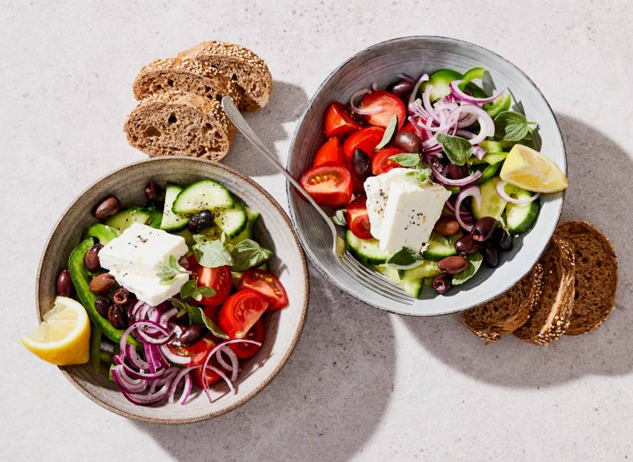 Griekse salade met meergranenstokbrood