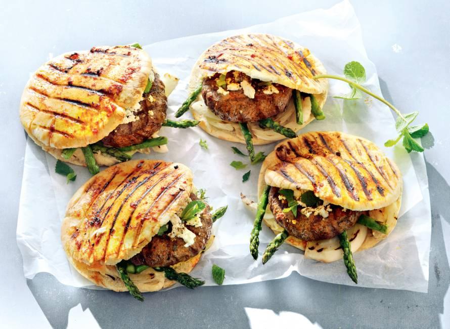 Hamburger met gegrilde groenten, hummus en feta