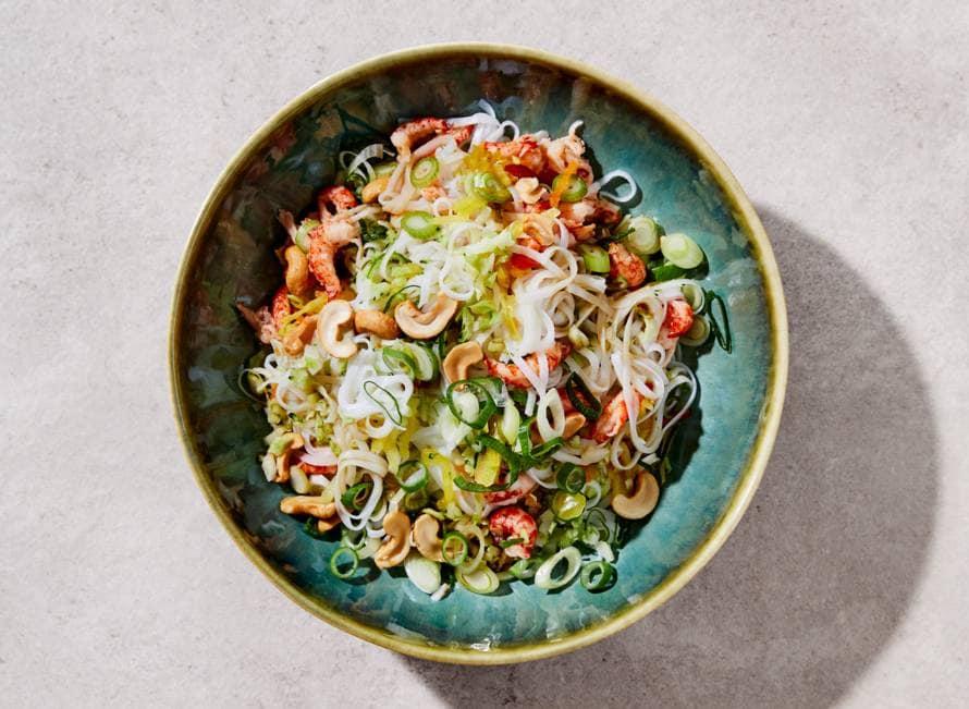 Noedelsalade met broccolirijst, rivierkreeftjes en gemberdressing