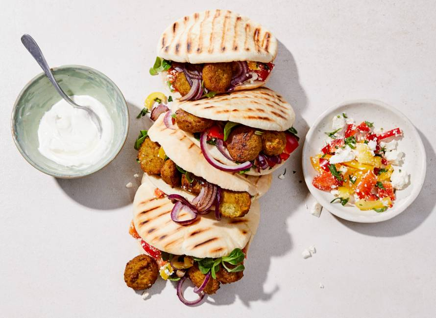 Pita met falafel, paprikasalade en witte kaas
