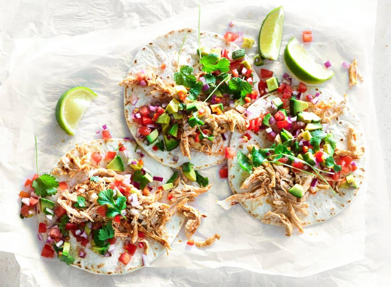 Minitortilla's met pulled chicken en avocadosalsa
