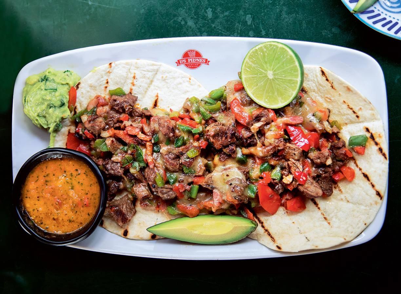 Taco's alambre met salsa casera van Los Pilones