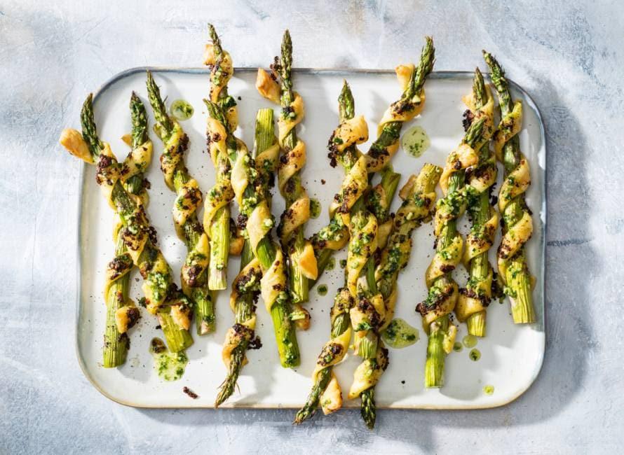 Groene asperges met bladerdeeg