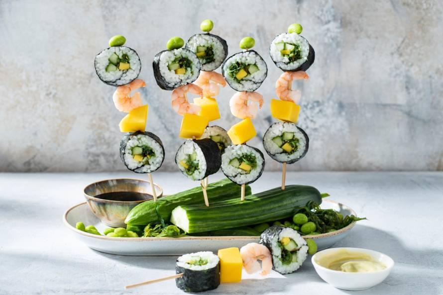 Sushi met garnalen op een stokje