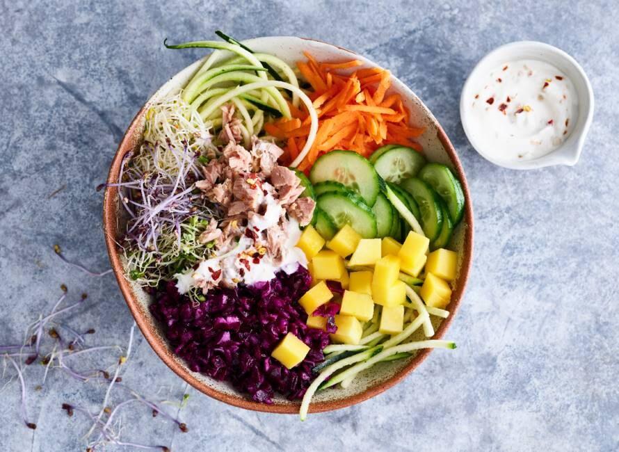 Rijkgevulde groentebowl met tonijn & pittige dressing