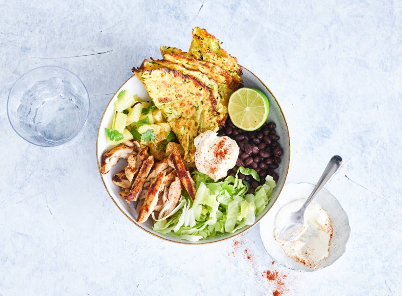 Mexicaanse bowl met gegrilde kip, ananas & courgettetortilla