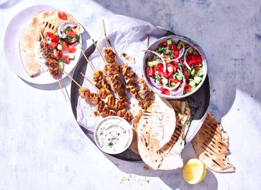 Kipgyros-spies met Griekse salade