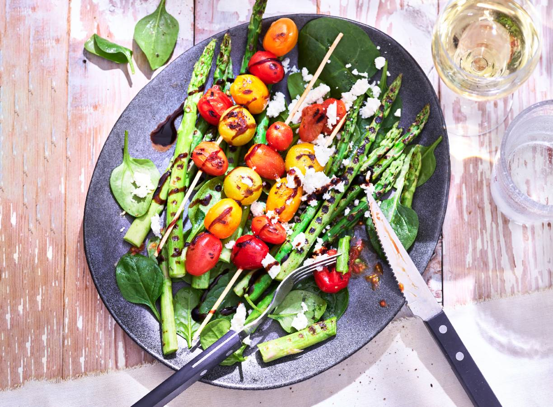 Smokey asperge-tomaatsalade met feta