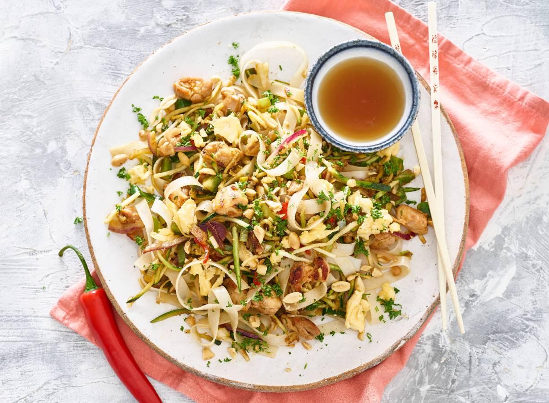 Snelle pad thai met kip en ei