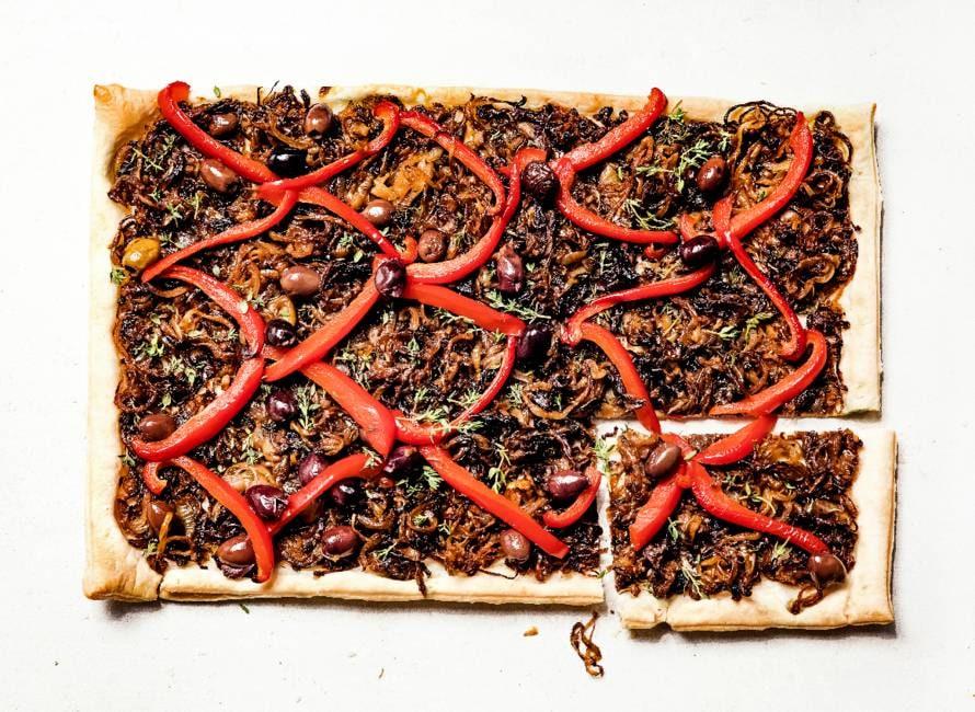 Pissaladière met rode paprika, ui en olijven