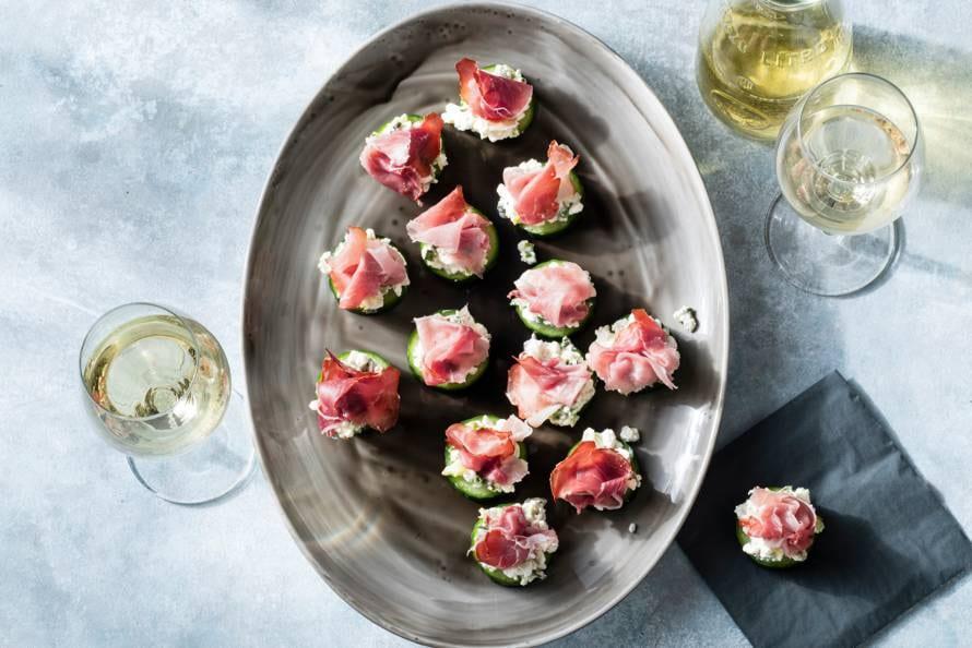 Komkommer met homemade bosui-spread en rauwe ham