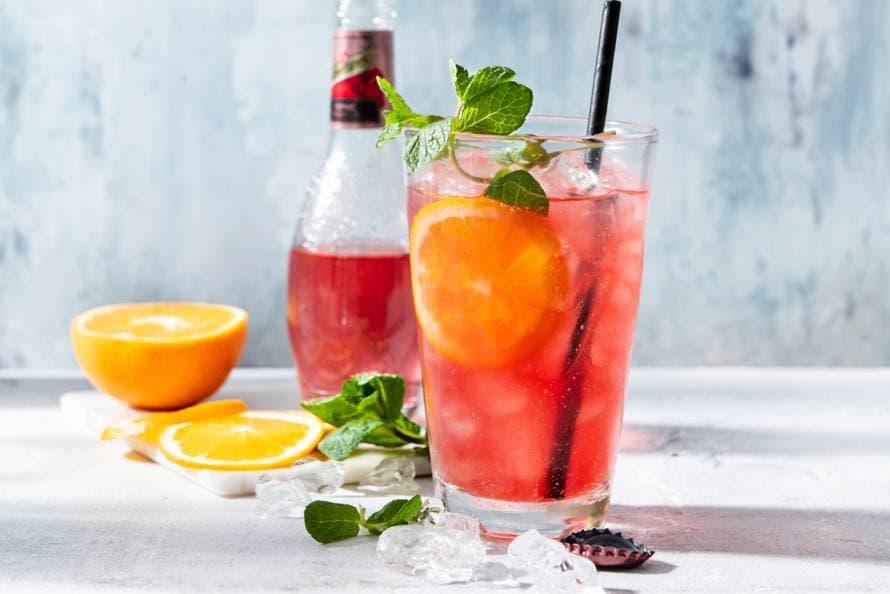 Cranberry-hibiscusmocktail met sinaasappel en munt