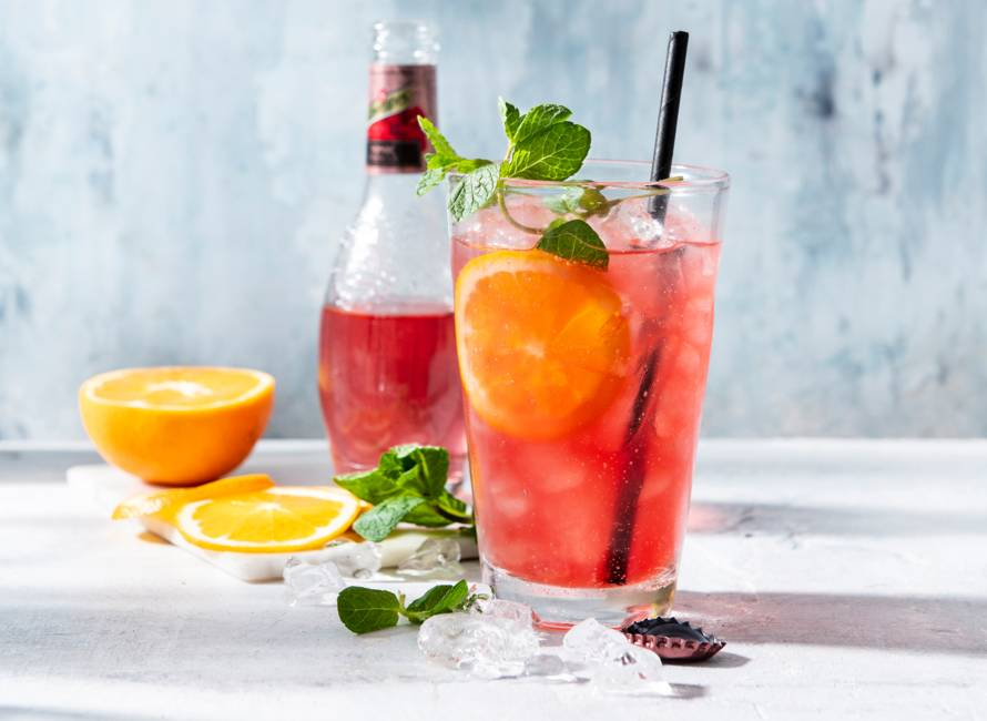 Cranberry-hibiscusmocktail met sinaasappel en munt