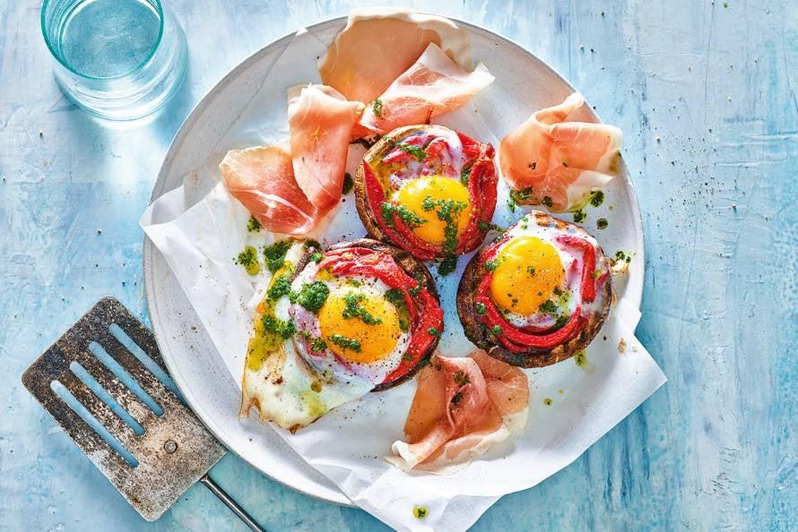 Gevulde portobello met gegrilde paprika, ei & rauwe ham