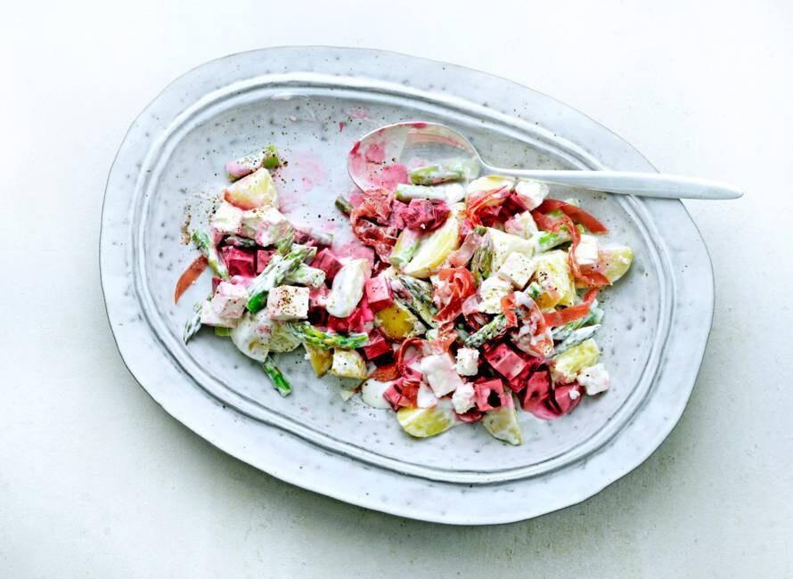 Maaltijdsalade met rode biet, asperge, feta en rookvlees