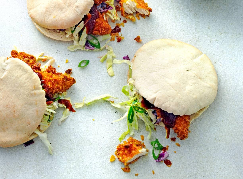 Pita's met kipnuggets, coleslaw en barbecuesaus