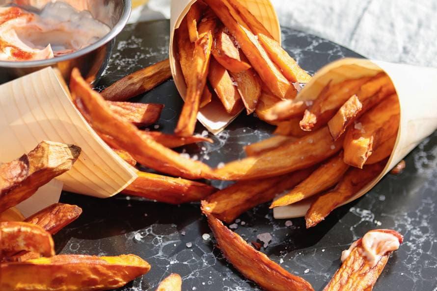 Zoete-aardappelfriet met srirachamayo